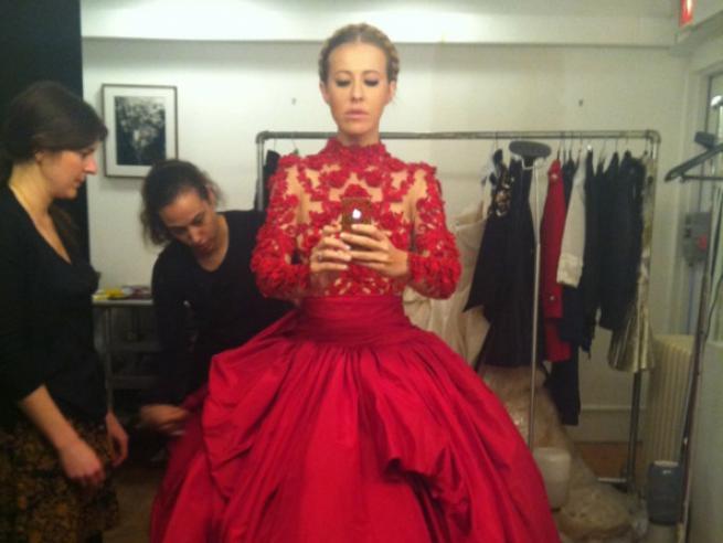Собчак в красном платье на доме 2