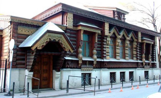Добротность и экологичность - вот два основных достоинства домов в стиле украинского деревянного зодчества.